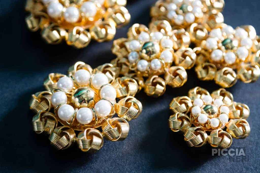 Precious ornamental buttons, in fake gold and fake pearls.
